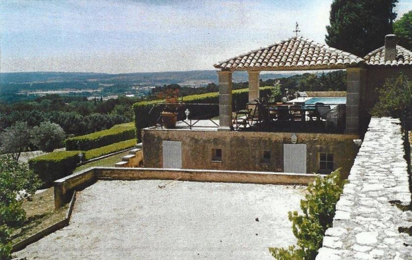 Location de vacances - Villa à Aix-en-Provence - Vue sur la vallée d'Aix. / Boulodrome éclairage
