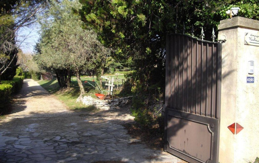 Location de vacances - Villa à Aix-en-Provence - Entrée de la propriété  ( 2hectares d'oliviers et de vignes ) .