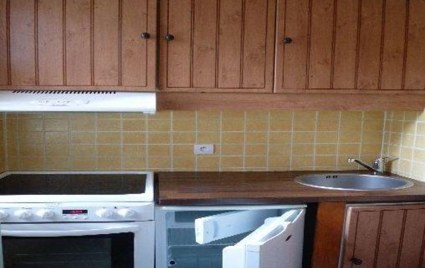 Location de vacances - Appartement à Les Menuires - Cuisine : vue cuisinière + réfrigérateur