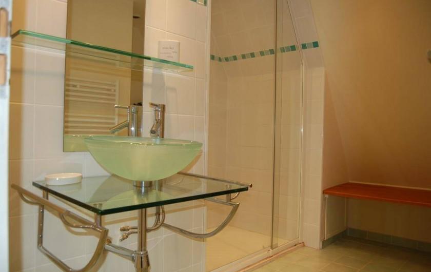 Location de vacances - Gîte à Saint-Médard-d'Excideuil - salle d'eau commune chambre 3 et 4 gîte La Girouette
