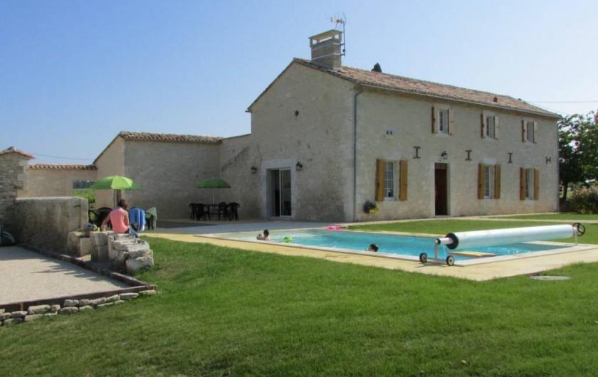 Location de vacances - Villa à Riocaud - Vue depuis le jardin sur la piscine et le terrain de pétanque