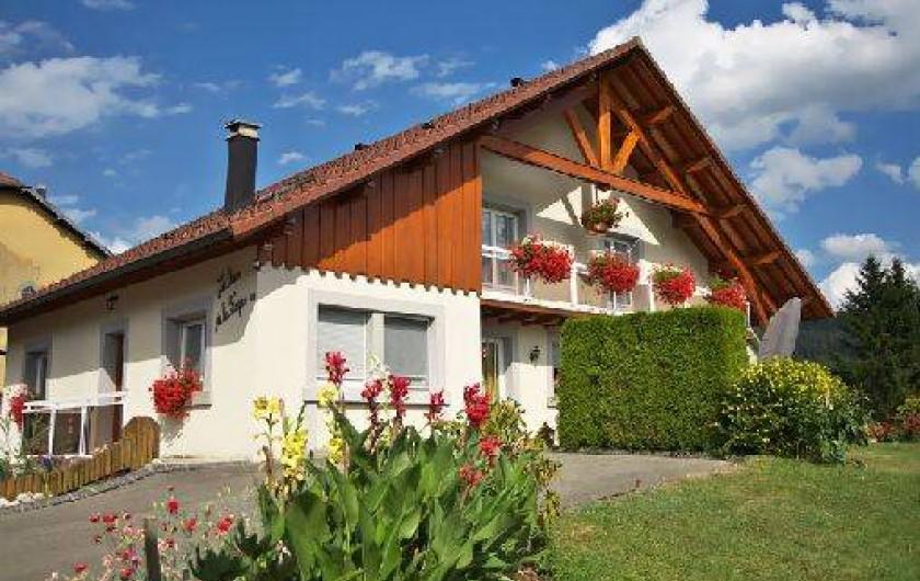 Location de vacances - Gîte à Les Fins - Le gîte est situé à gauche de notre maison (en été )