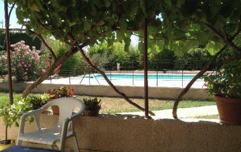 Location de vacances - Villa à Violes - Piscine vue de la terrasse ombragée