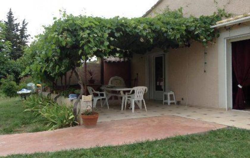 Location de vacances - Villa à Violes - Terrasse ombragée