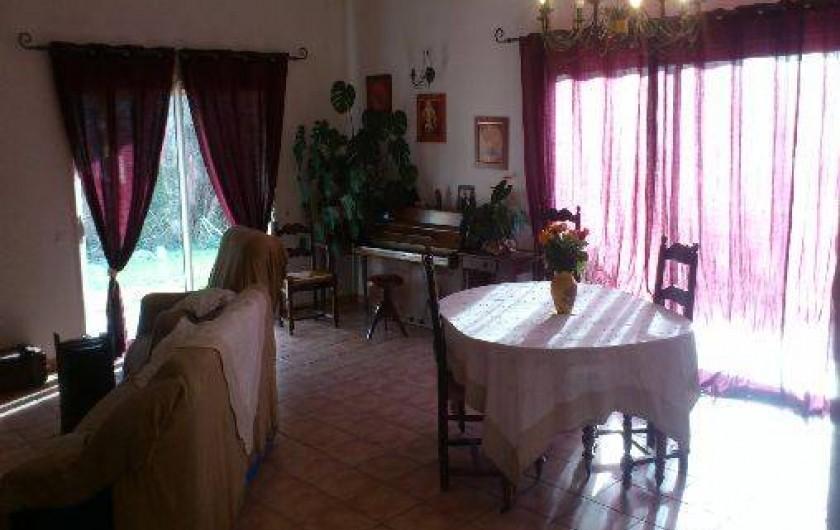 Location de vacances - Villa à Violes - Séjour-salle à manger avec télévision, cheminée et piano