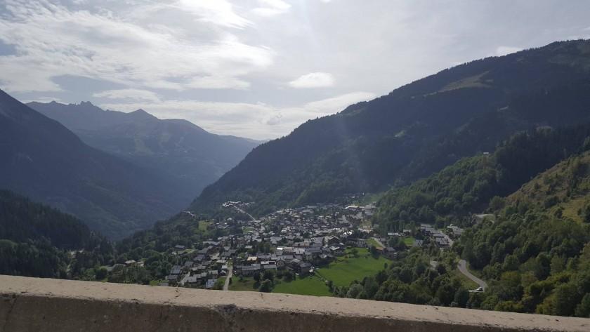 Village à flanc de montagne.
