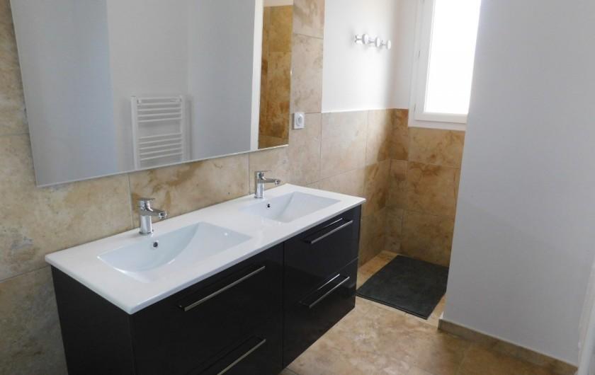 Location de vacances - Villa à Saint-Sauveur-de-Cruzières - Salle de douche en travertin