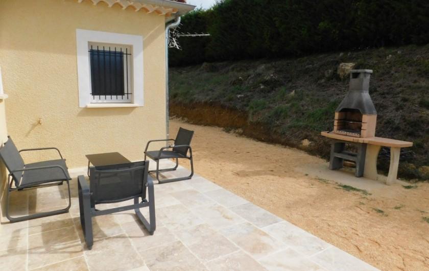 Location de vacances - Villa à Saint-Sauveur-de-Cruzières - Terrasse avec petit coin détente, barbecue et terrain de pétanque (éclairé)