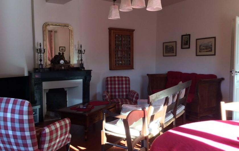 Location de vacances - Gîte à Cournanel - Salon de repos donnant sur le patio et une terrasse Gîte Alphonse