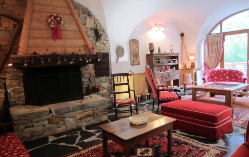 Location de vacances - Chalet à Oz - salle voutée espace  cheminée