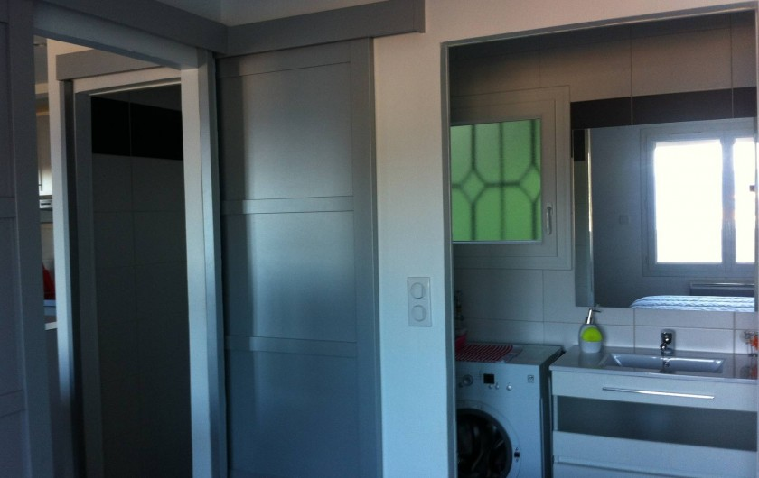 Location de vacances - Appartement à Tossa de Mar - DANS LA SALLE DE DOUCHE: LAVABO ET MACHINE A LAVER LE LINGE