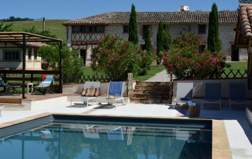 Location de vacances - Maison - Villa à Marzens - la piscine et la maison