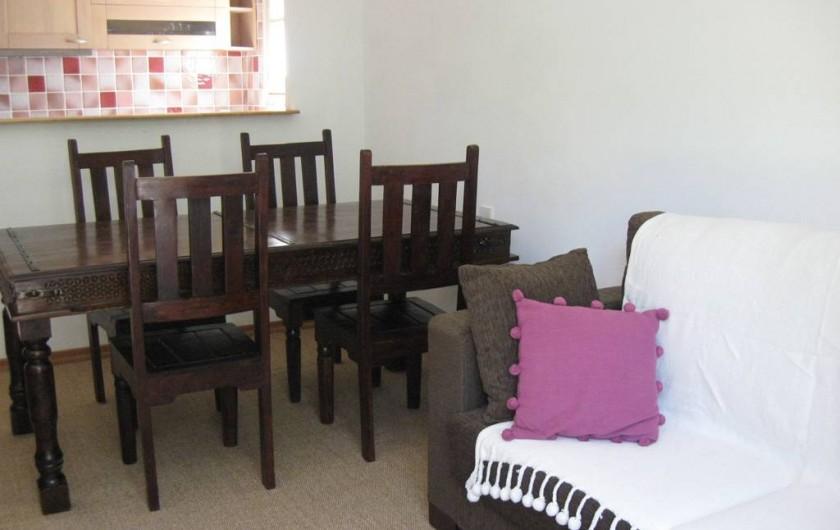 Location de vacances - Appartement à Gattières - Séjour avec canapé-lit et table à manger