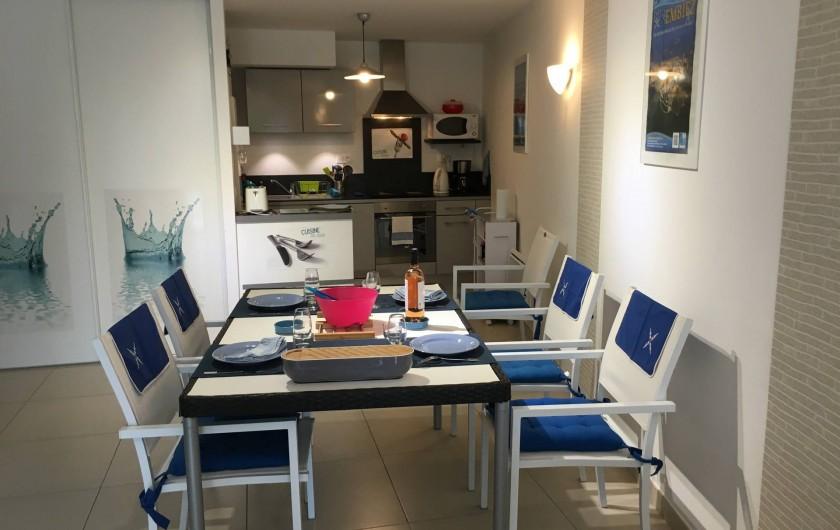 Location de vacances - Appartement à Sanary-sur-Mer - CAP SUD - L'espace salle à manger (table 6 personnes)