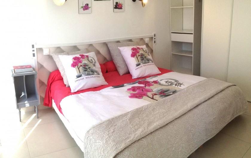 Location de vacances - Appartement à Sanary-sur-Mer - CAP SUD - La chambre ouvrant sur la terrasse. Linge de lit fourni.