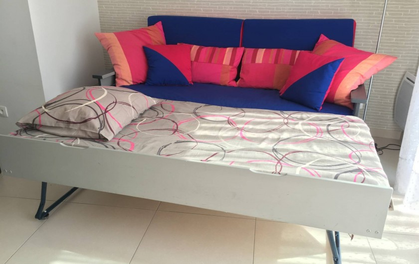 Location de vacances - Appartement à Sanary-sur-Mer - CAP SUD - le canapé du salon avec 1 lit (90 x 190) ouvert