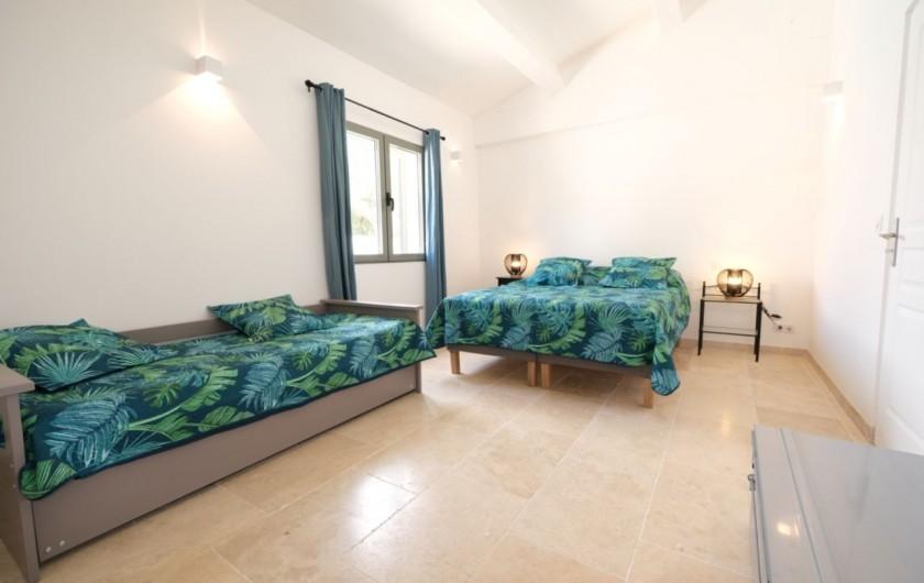 Location de vacances - Villa à Aureille - Chambre avec lit double et deux lits gigogne