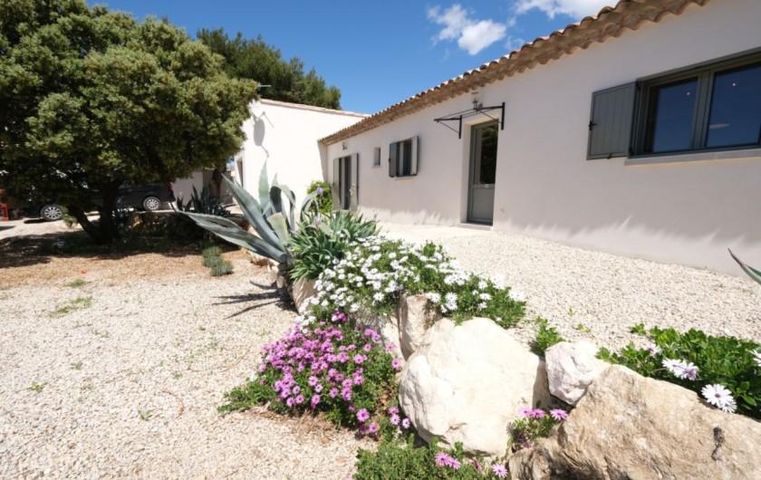 Location de vacances - Villa à Aureille - Parking et entrée de la maison