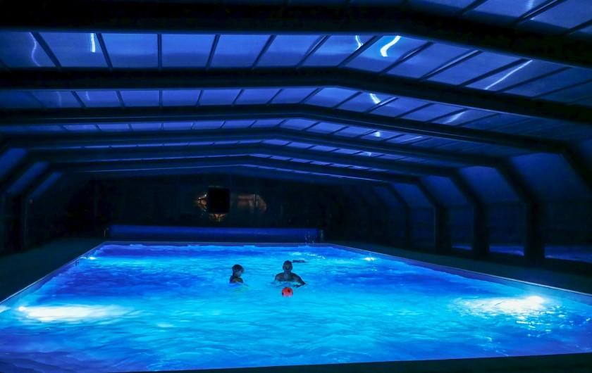 Location de vacances - Gîte à Calviac-en-Périgord - piscine la nuit avec éclairage ouverte 10h00 à 22h00
