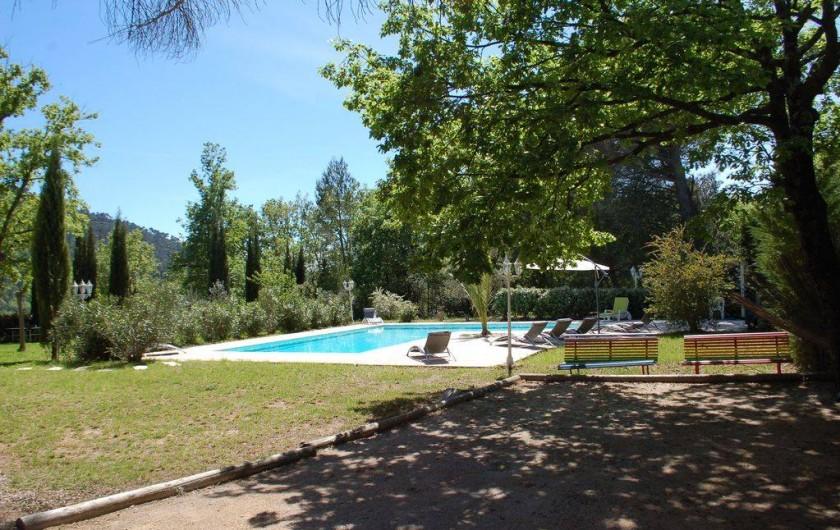 Location de vacances - Villa à Bargemon - Terrain de boules donnant directement sur piscine