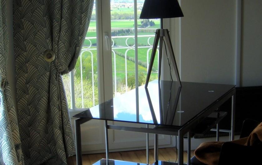 Location de vacances - Gîte à La Garde-Adhémar - Une partie de la chambre avec vue donnant sur l'extérieur et sa terrasse.