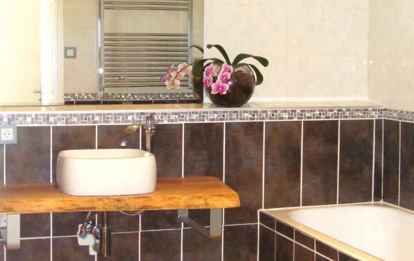 Location de vacances - Gîte à La Garde-Adhémar - SDB - Autre vue sur la baignoire.