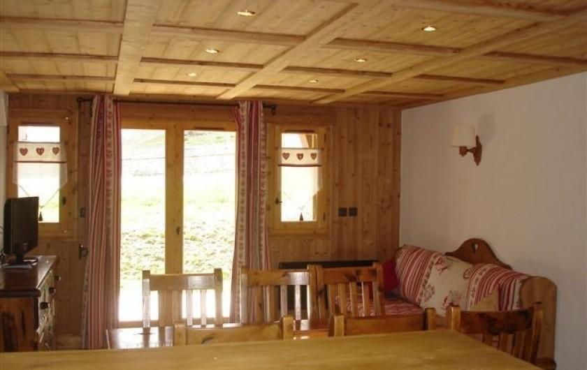 Location de vacances - Appartement à Valloire - Sàm et salon donnant sur une terrasse. La seconde terrasse est côté chambre.