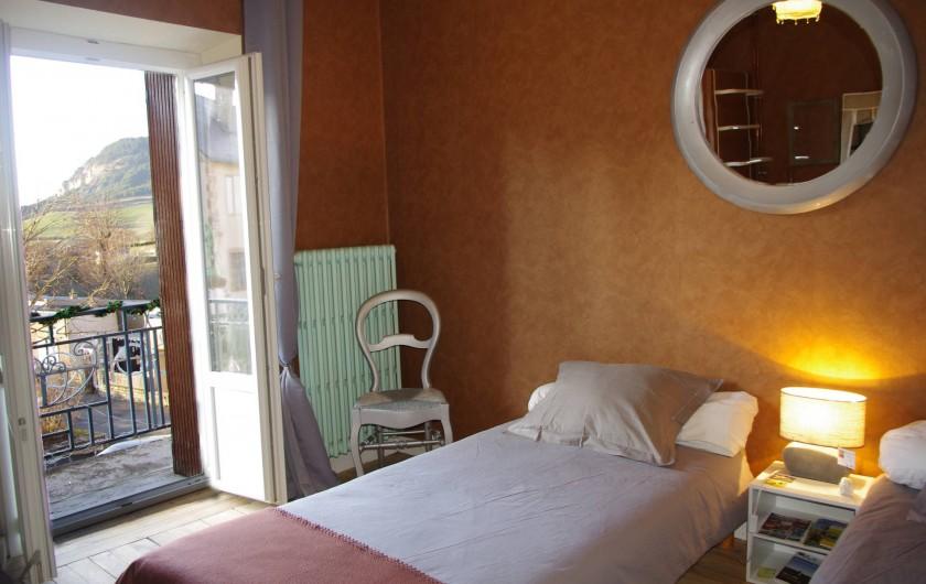 Location de vacances - Chambre d'hôtes à Saint-Étienne-du-Valdonnez - La Chambre Terre de Lozère pour 3 personnes seules à l'Auberge du Bramont 48