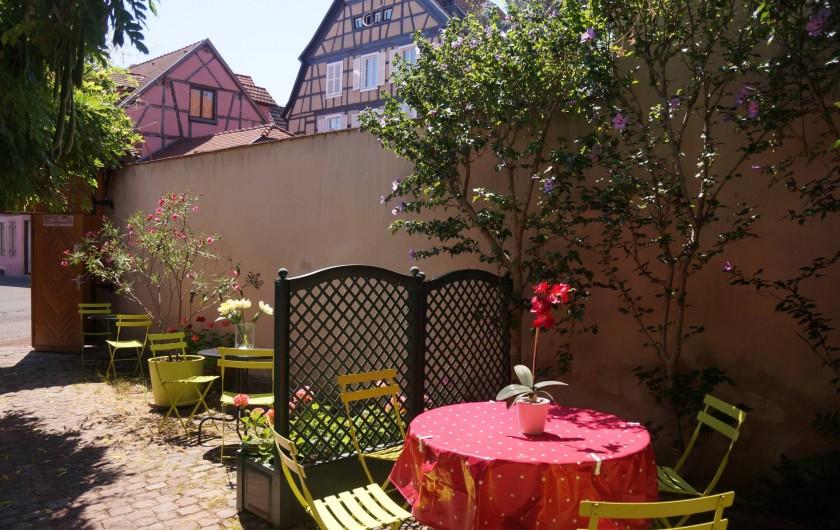 Location de vacances - Gîte à Ribeauville - Que c'est agréable de déjeuner dans l'espace jardin du Gîte