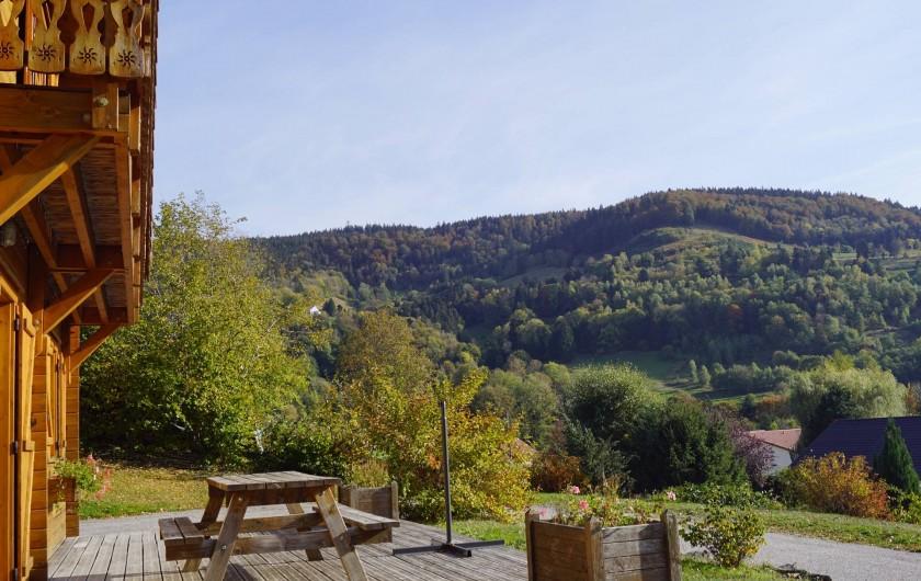 Location de vacances - Chalet à Basse-sur-le-Rupt - Vue sur le Haut du Roc (1016m) depuis la terrasse du chalet