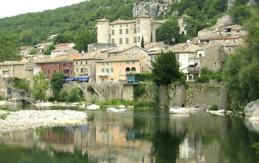 Location de vacances - Gîte à Vogüé - le village et la rivière