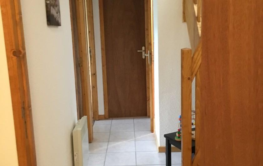 Location de vacances - Chalet à La Bresse - couloir desservant sur deux chambres , une salle de bain, un wc