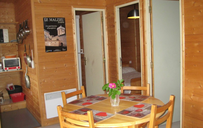 Location de vacances - Chalet à Le Malzieu-Ville - coin salle à manger, salon