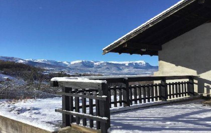 Location de vacances - Villa à Embrun - En hiver, vue sur les montagnes enneigées depuis la terrasse.