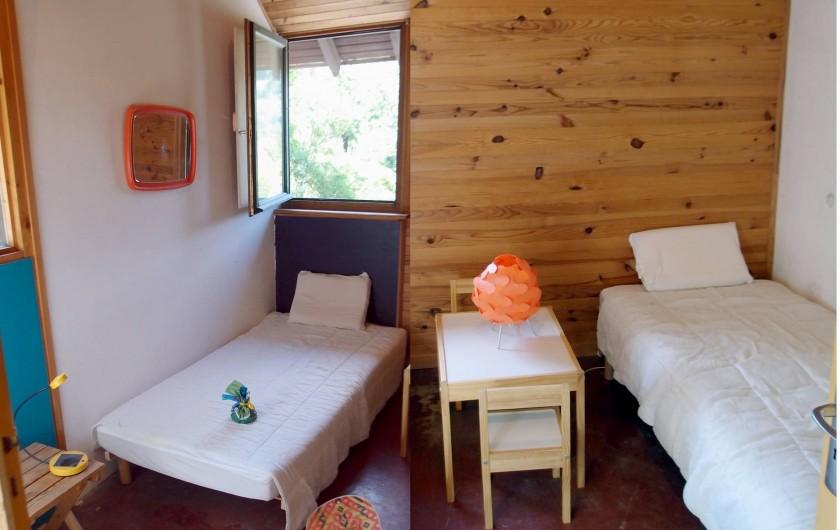 Location de vacances - Villa à Embrun - Autre chambre :2 lits de 90cm, avec armoire-penderie et petites table enfants