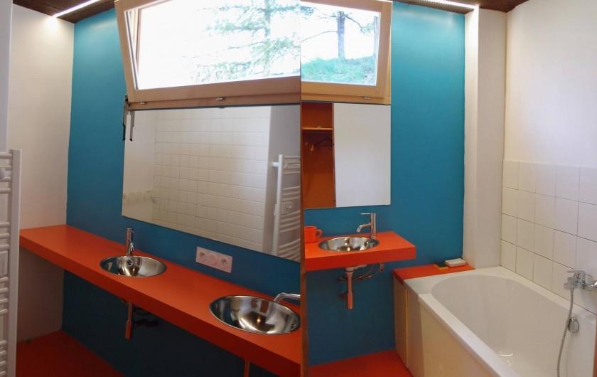 Location de vacances - Villa à Embrun - Une des 3 salles de bains: grande baignoire, 2 lavabos, sèche-serviettes.