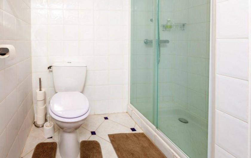 Location de vacances - Chambre d'hôtes à Saint-Césaire-de-Gauzignan - Salle de bain Chambre les Oliviers