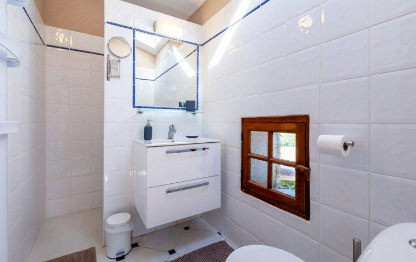Location de vacances - Chambre d'hôtes à Saint-Césaire-de-Gauzignan - Salle de bain chambre les  Vignes