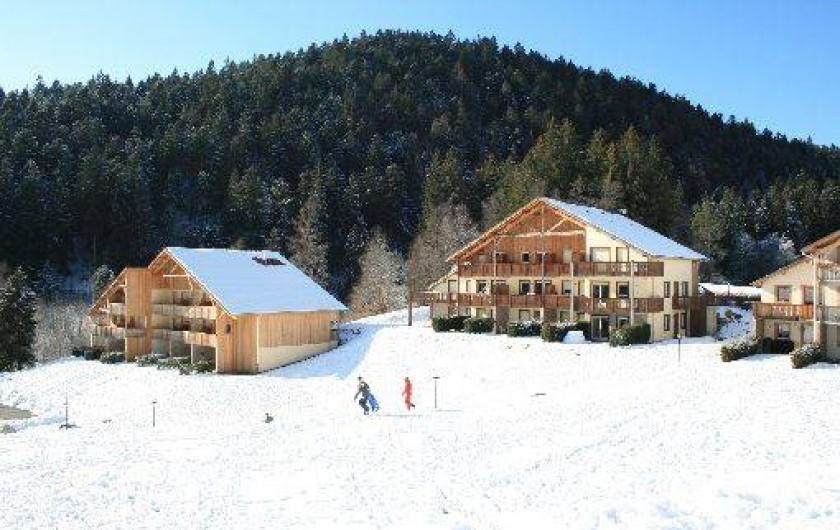 Location de vacances - Appartement à Gérardmer - La Résidence en hiver et ses espaces extérieurs