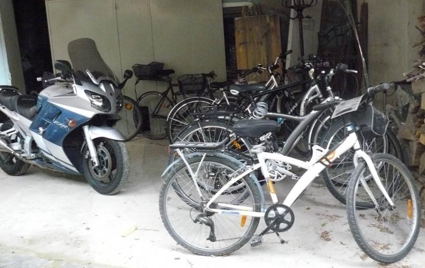 Location de vacances - Chambre d'hôtes à Villeneuve-lès-Béziers - Nous disposons d'une cour fermée pour vélos et motos