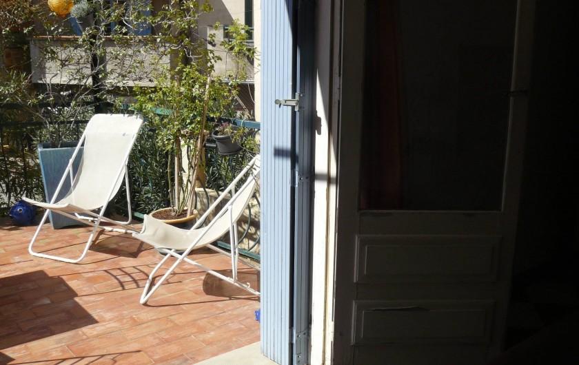 Location de vacances - Chambre d'hôtes à Villeneuve-lès-Béziers - La chambre du rez-de-chaussée qui donne accès à la terrasse