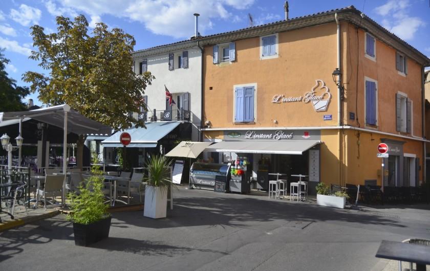 Location de vacances - Studio à L'Isle-sur-la-Sorgue - les studios sont dans cette maison ocre