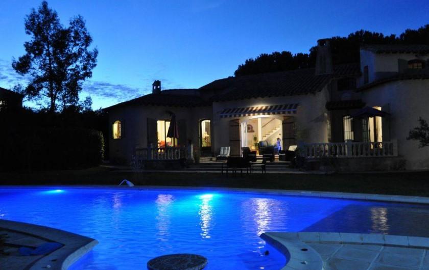 Location de vacances - Villa à Saint-Génies-de-Malgoirès - Éclairage de piscine la nuit