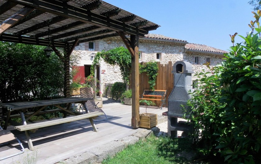 Location de vacances - Gîte à Tharaux - le gîte des fées et sa terrasse