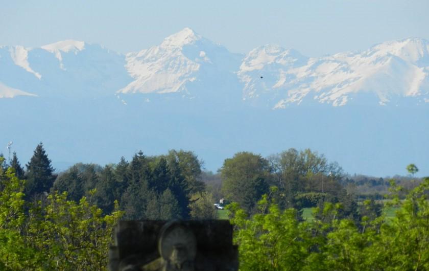 Location de vacances - Chambre d'hôtes à Saint-Thomas - Les Pyrénées vues du jardin