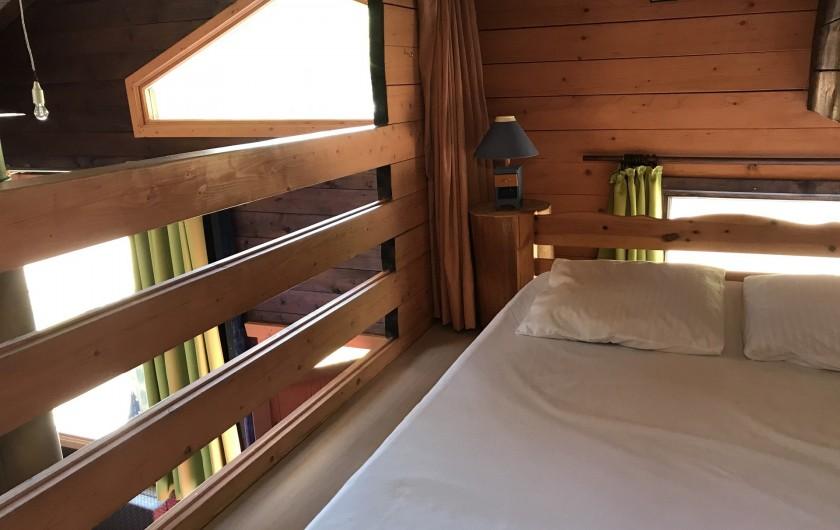 Location de vacances - Chalet à La Bresse - Lit double de la mezzanine avec rideau pour séparer du salon