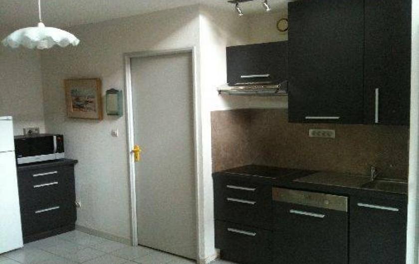 Location de vacances - Villa à Saint-Cyprien - La cuisine avec la porte vers la chambre du rez