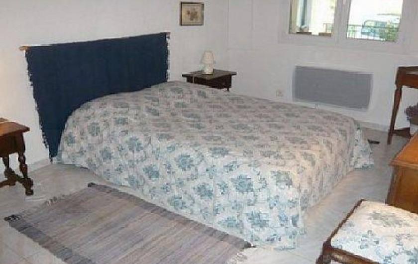 Location de vacances - Villa à Vallon-Pont-d'Arc - lit chambre bleu 160 x 200