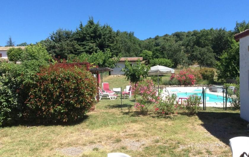 Location de vacances - Villa à Vallon-Pont-d'Arc - vue sortie cuisine sur piscine