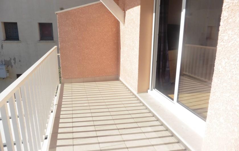 Location de vacances - Appartement à Le Grau d'Agde - terrasse avec une table pliante et chaises